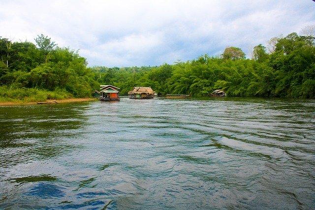 domy u řeky Kwai