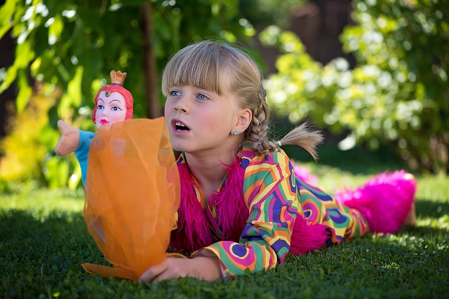 dívka při hře v zahradě