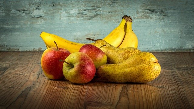 čerstvá jablka a banány