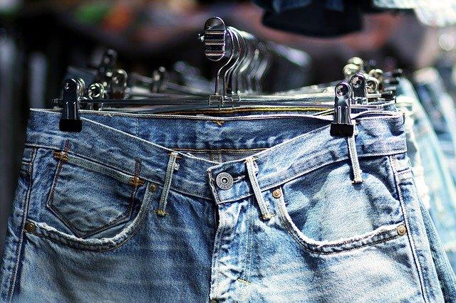 džíny v obchodě
