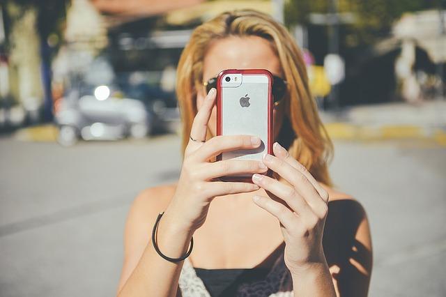 dívka fotící selfie