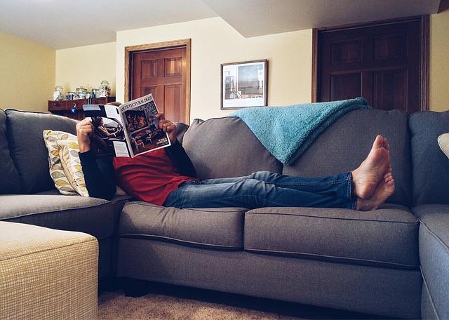 muž ležící na pohovce